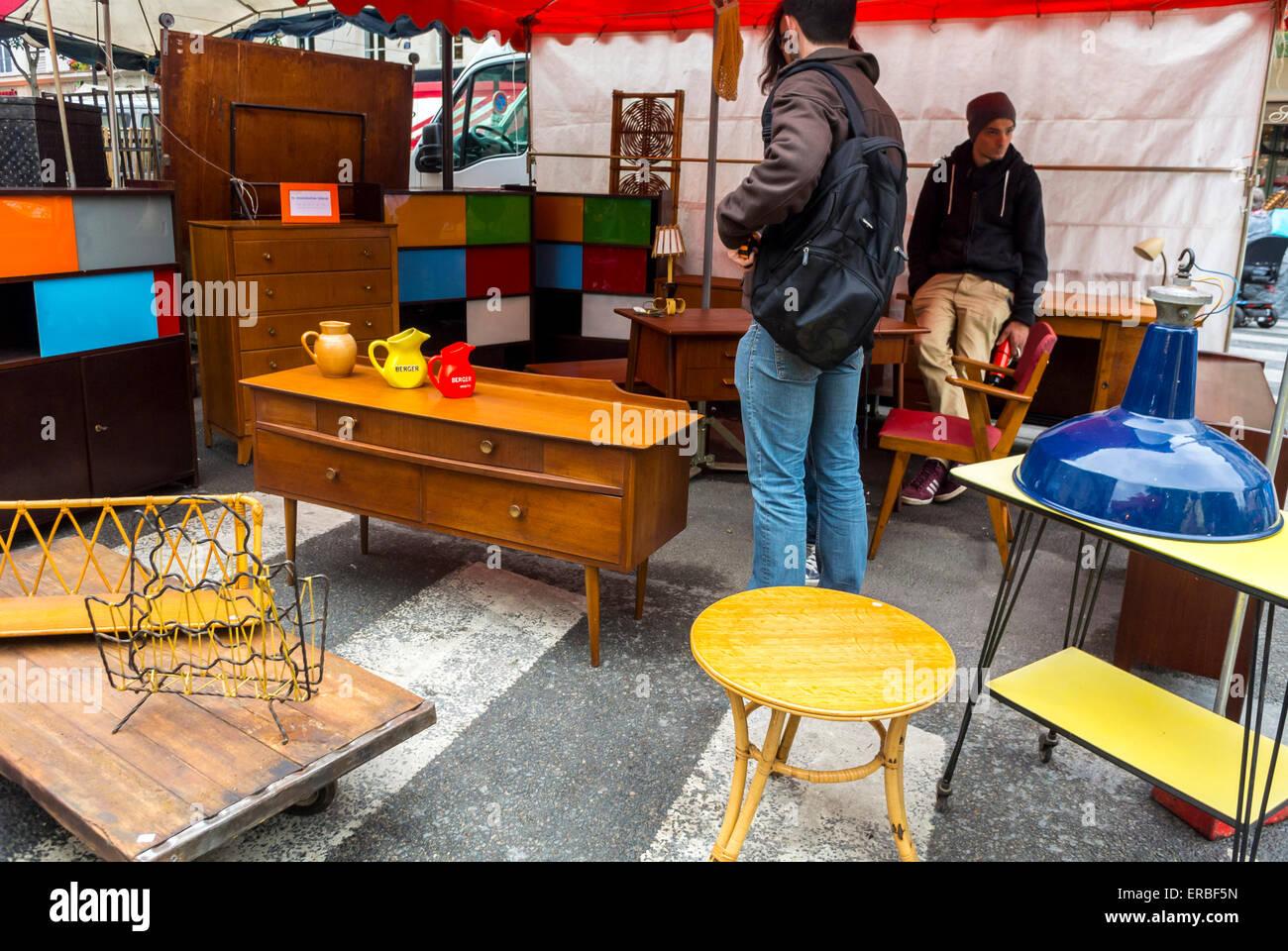 paris france personnes dcrochage shopping mobilier vintage franais vente de garage brocante sur rue dans le quartier du marais - Mobilier Vintage Paris