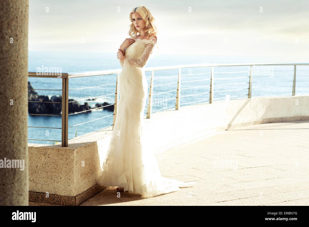Calm blonde bride en attente de son bien-aimé mari Photo Stock