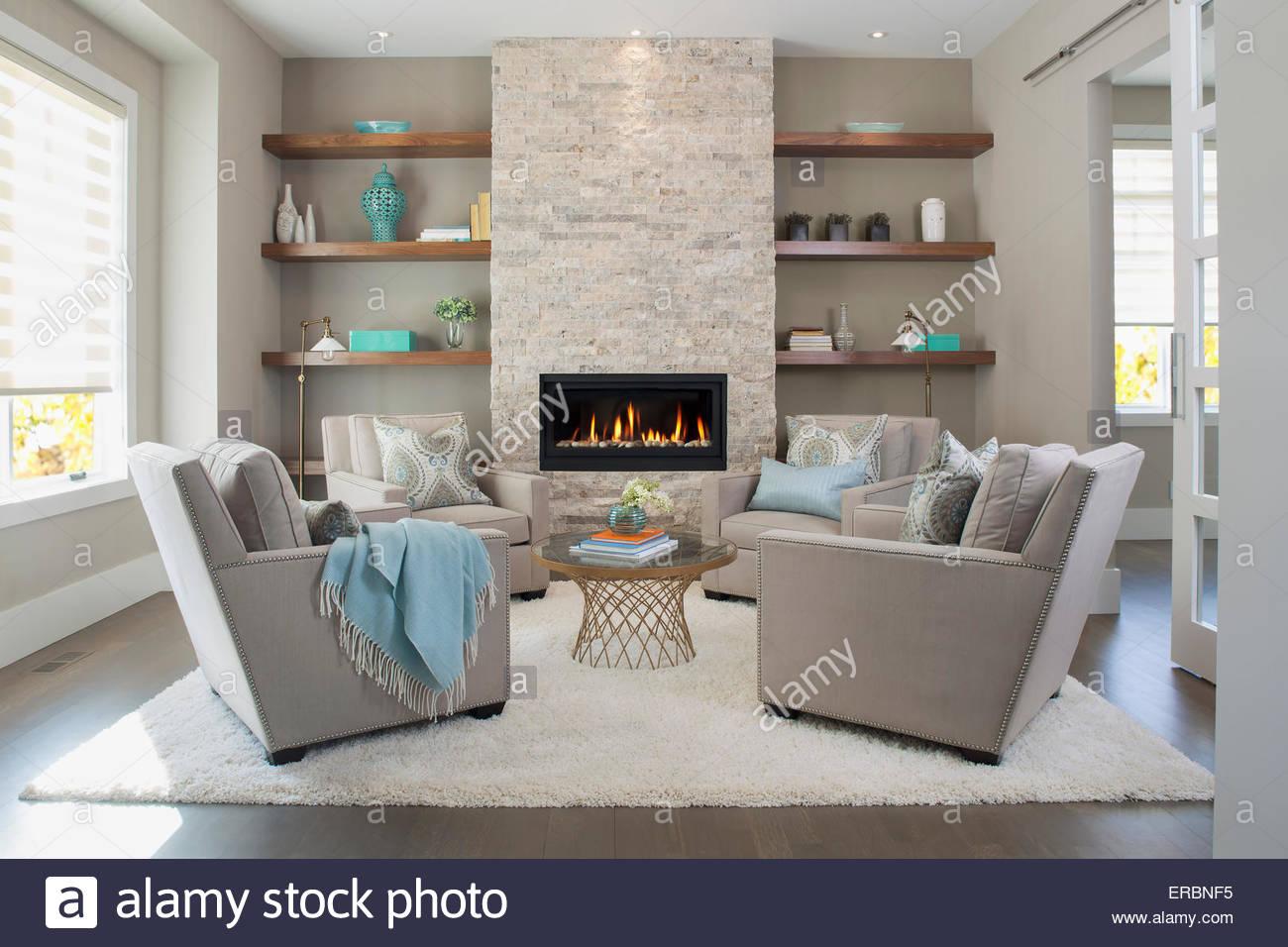 Élégante salle de séjour avec cheminée Photo Stock
