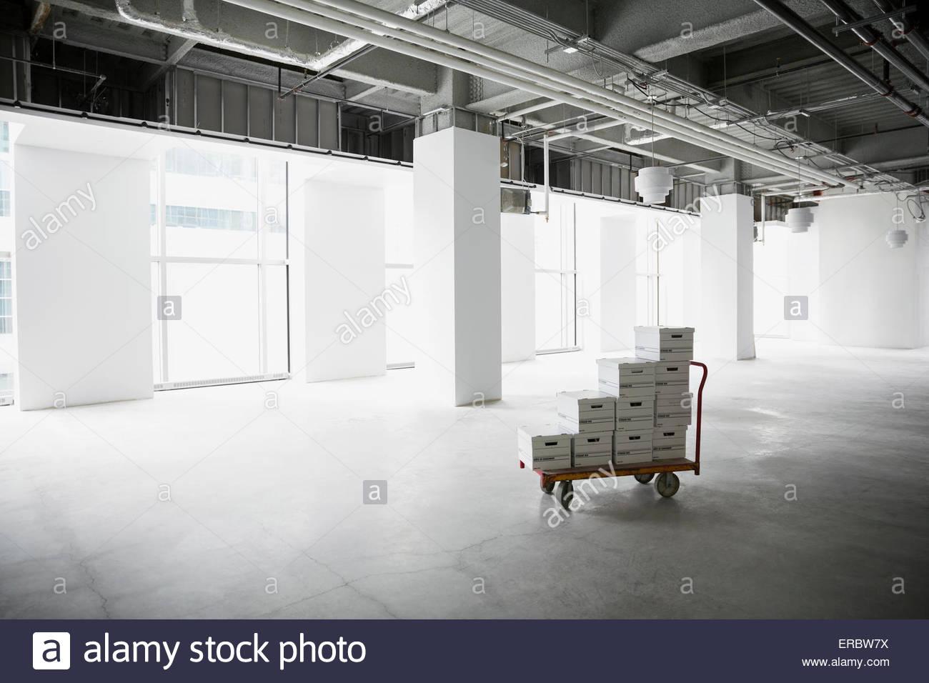 Boîtes de fichier sur le panier dans le bureau vide Photo Stock