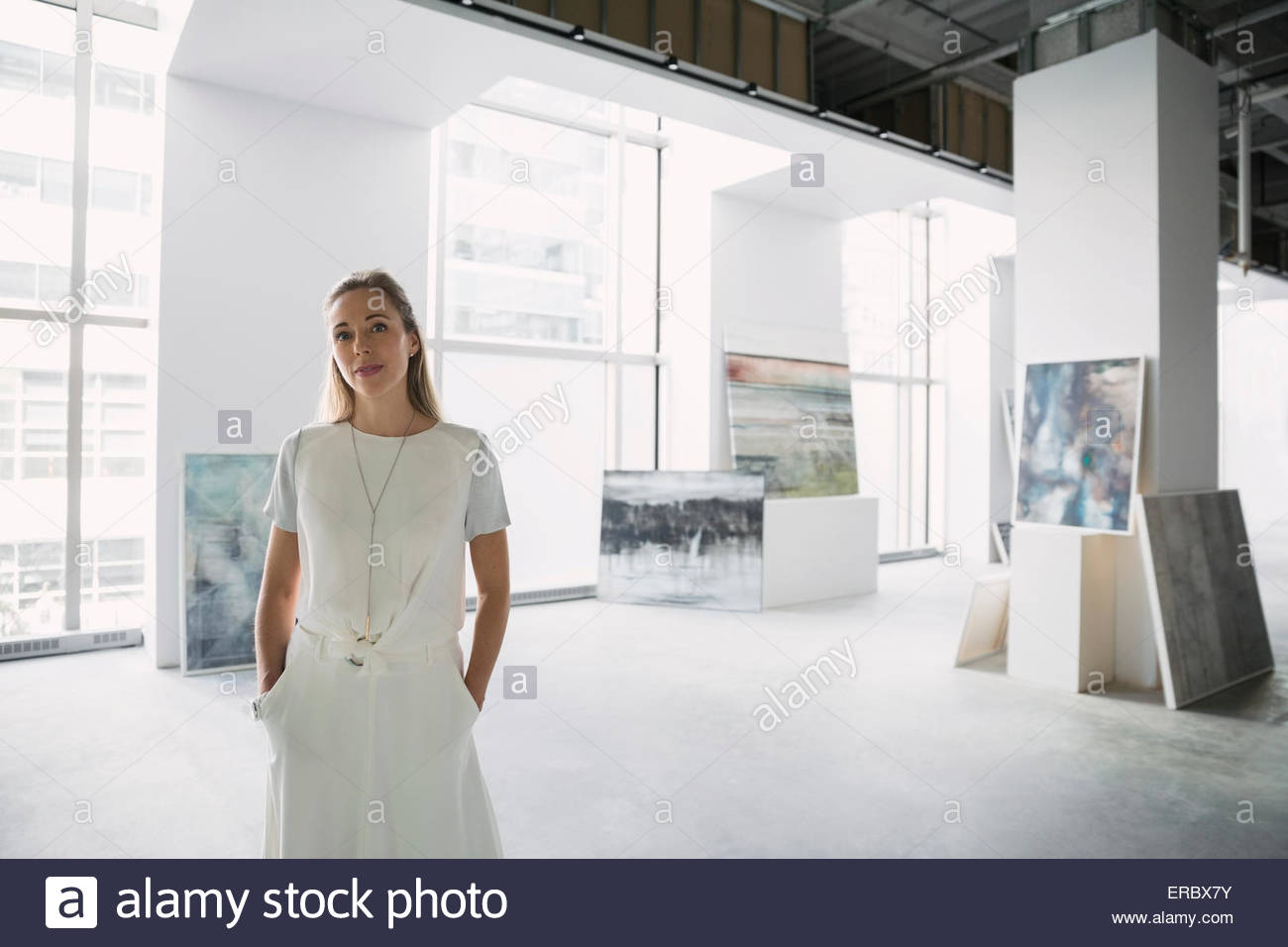 Portrait confiant un marchand d'art en art gallery Photo Stock