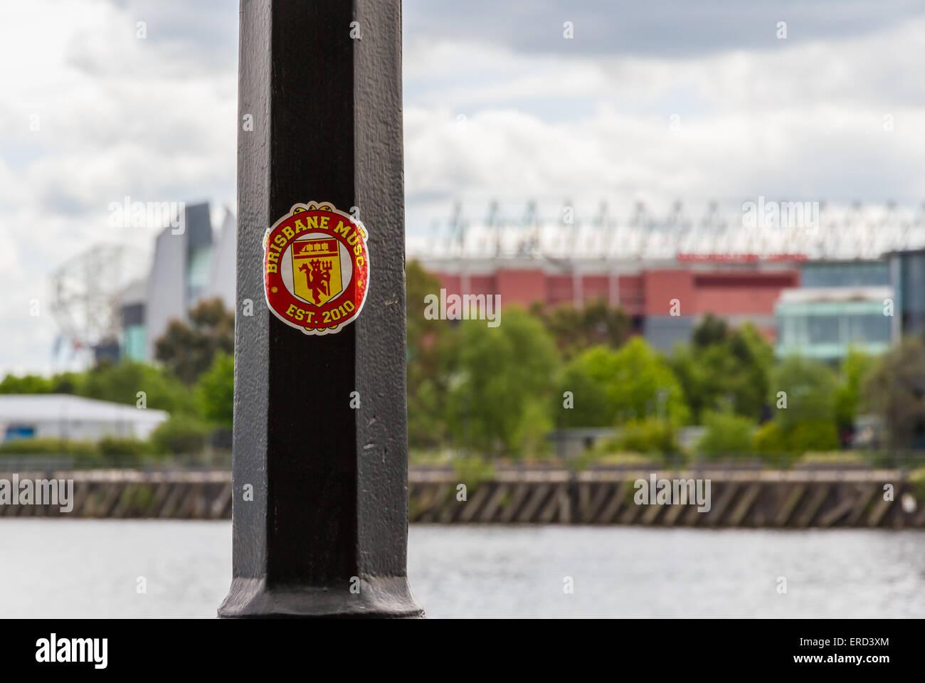 Le MUSC de Brisbane, Manchester United Club autocollant sur un lampadaire en face de Old Trafford Photo Stock
