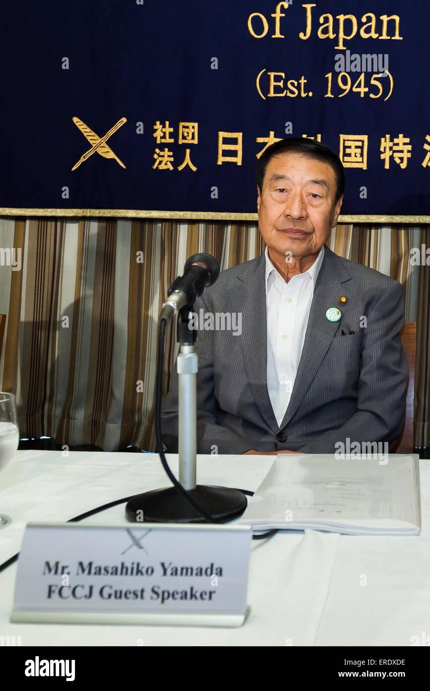 Masahiko Yamada, ancien ministre de l'agriculture et l'avocat, assiste à une conférence de presse Photo Stock