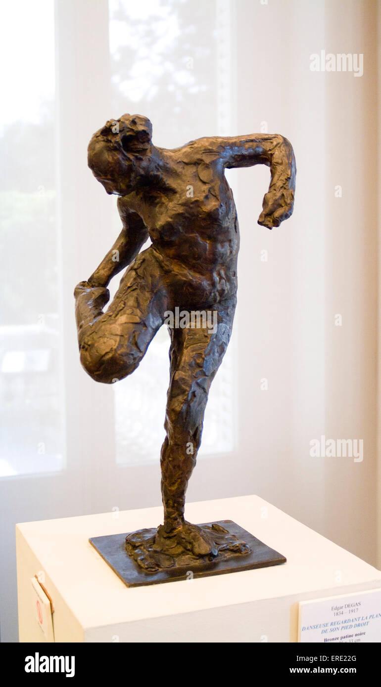 """'Danseuse regardant la plante de son pied droit"""" -sculpture d'Edgar Degas au Musée Flaure, Aix Photo Stock"""