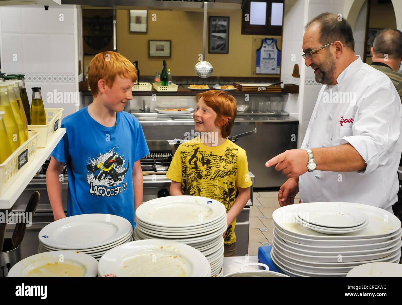 Les gar ons ayant un cours de cuisine dans un traditionnel - Tous les ustensiles de cuisine ...