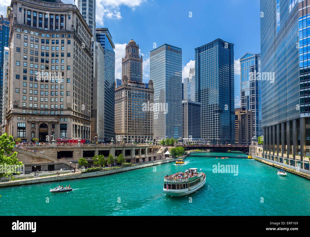 Le centre-ville et la rivière bateau de croisière sur la rivière Chicago près de la Michigan Photo Stock