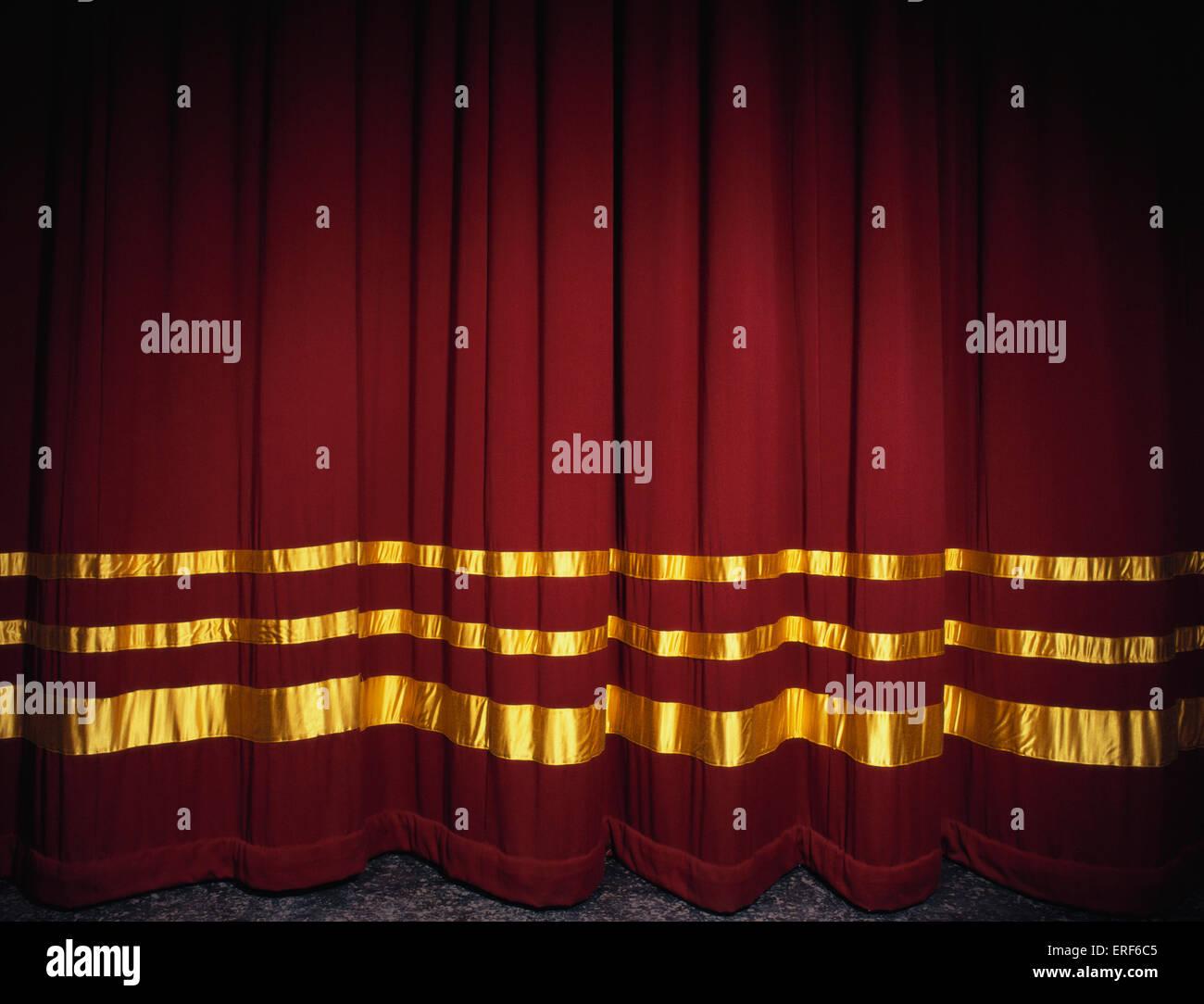 Rideaux de velours rouge avec de l\'or des rideaux de scène, fermé ...