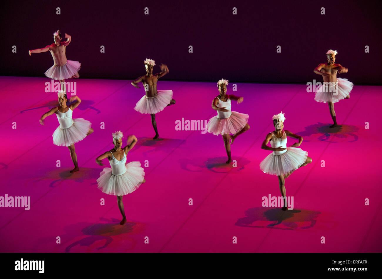 Dada Masilo danseur sud-africain et sa troupe de danse dans sa version inhabituelle de Swan Lake. Photo Stock