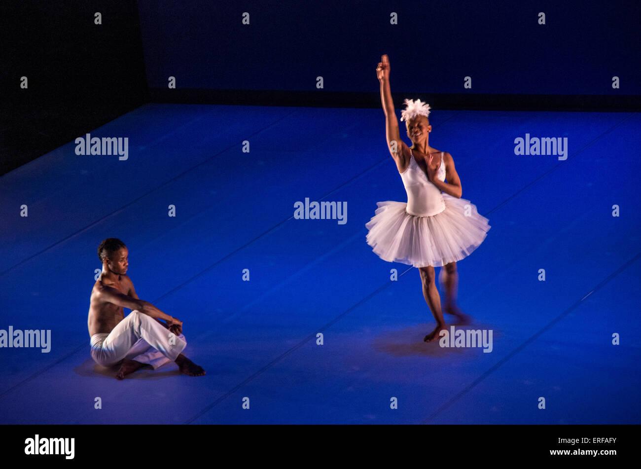 Dada Masilo danseur sud-africain et l'homme dans sa version inhabituelle de Swan Lake. Photo Stock