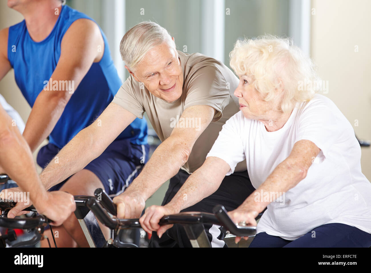 Senior couple talking dans spinning class in a gym Photo Stock