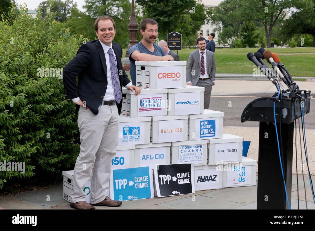 Washington DC, USA. 3 juin, 2015. Les organisations progressistes tels que l'ACTION DU CREDO, l'AFL-CIO, Photo Stock