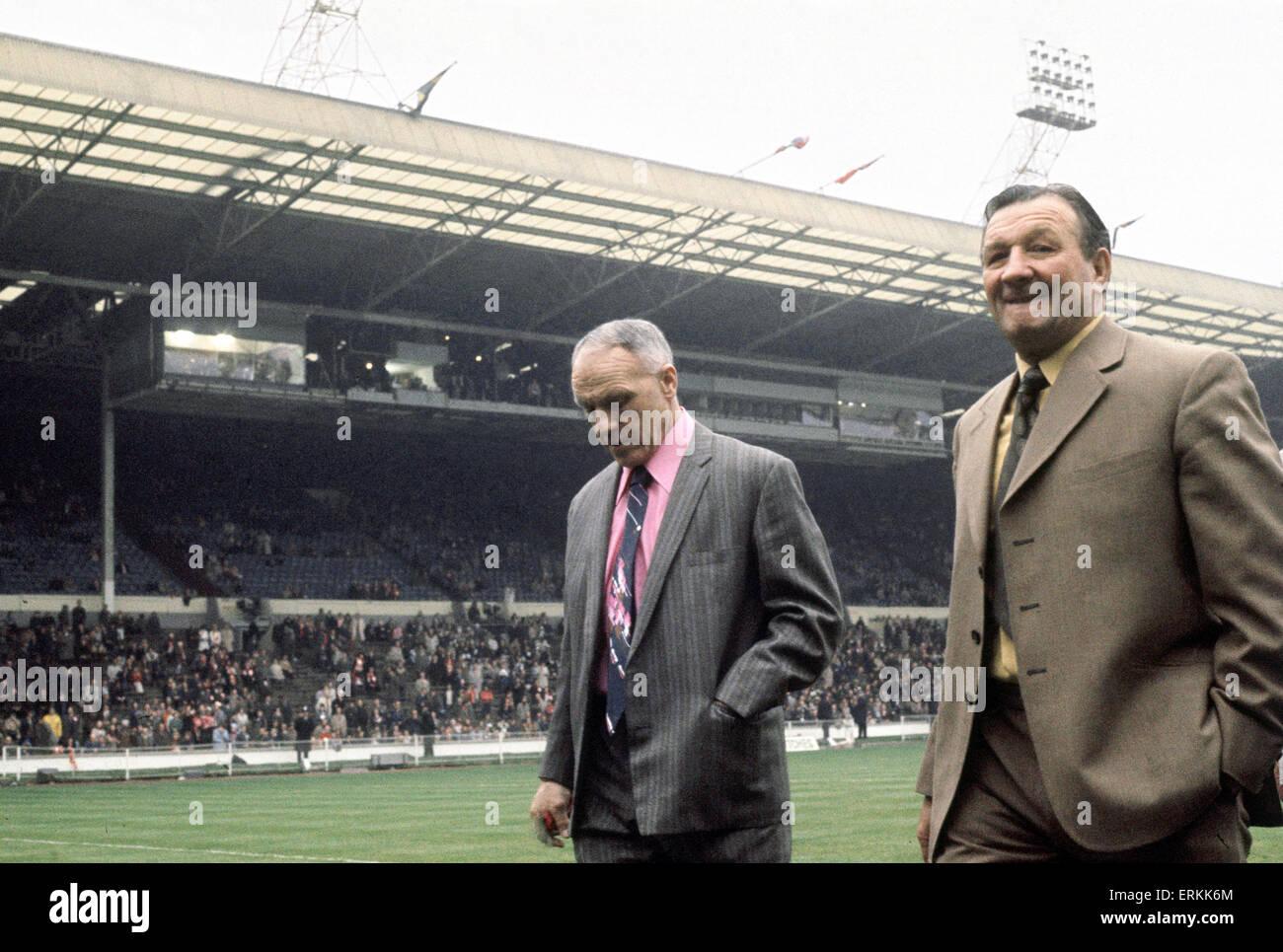 Manager de Liverpool Bill Shankly promenades sur la hauteur accompagné par Bob Paisley au stade de Wembley pour la finale de la FA Cup 1974 match contre Newcastle United. 4e mai 1974. Banque D'Images