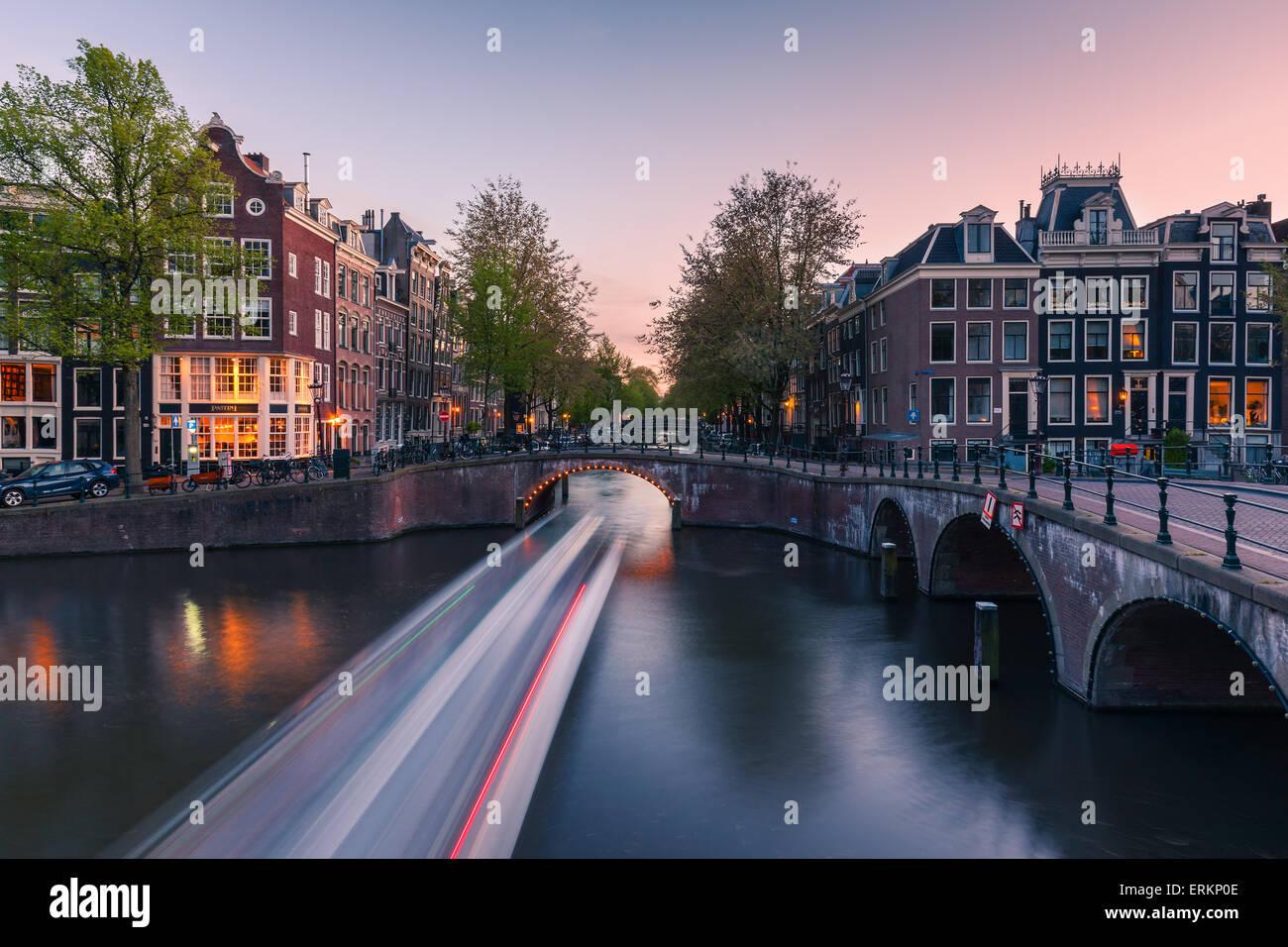 Une soirée au près de canaux le Keizersgracht à Amsterdam, aux Pays-Bas. Photo Stock