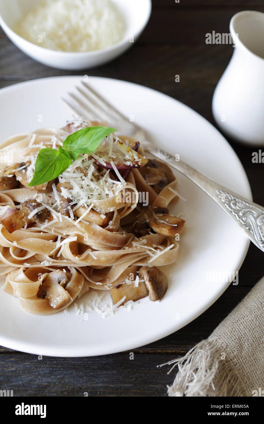 Pâtes aux champignons et fromage, de l'alimentation Photo Stock