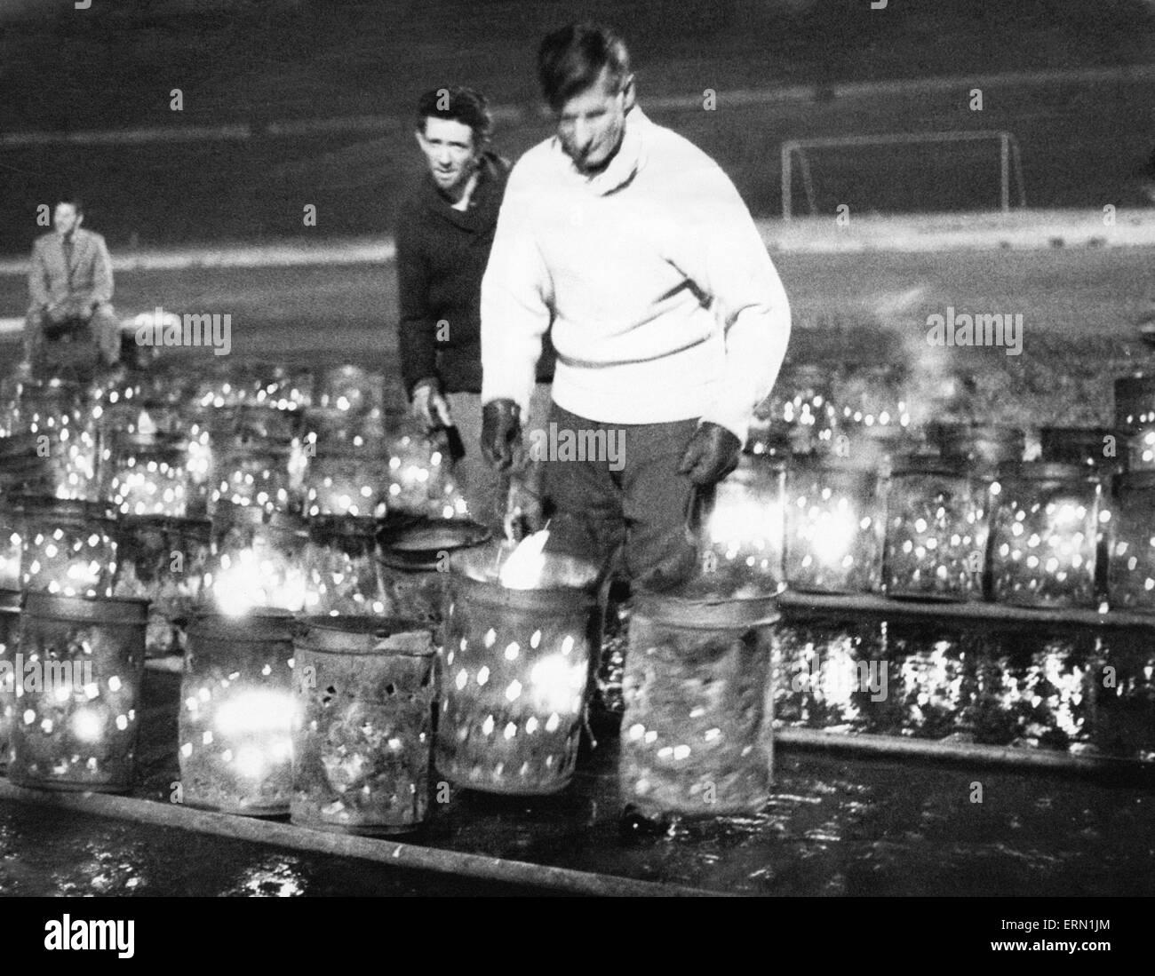 Le réchauffement de l'terrain gelé à St Andrews, terrain du Birmingham City Football club. 21 février 1963. Banque D'Images
