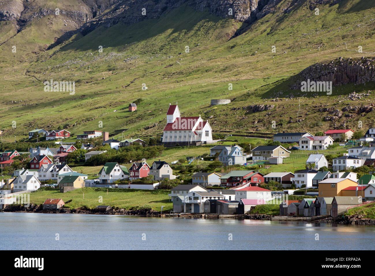 Tvoroyri, ville pittoresque sur la mer dans l'extrême sud des îles Féroé Photo Stock
