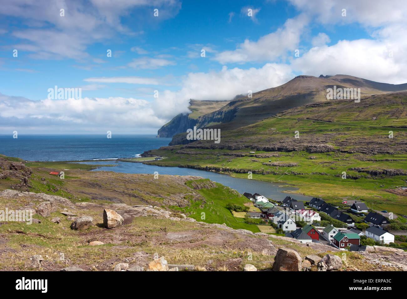 Îles Féroé, village entouré par une nature préservée Photo Stock
