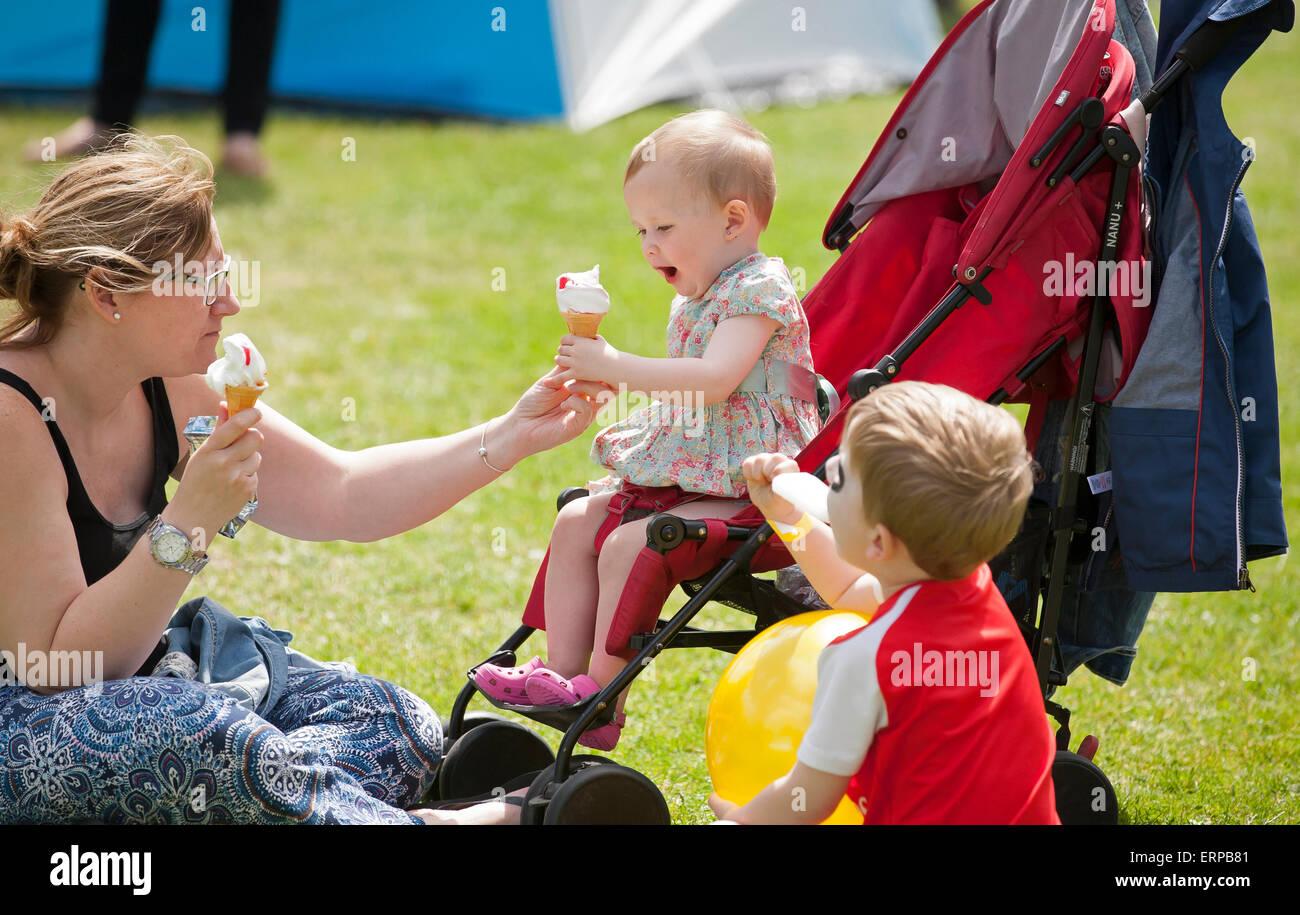 St vert Green, Royaume-Uni. 6e juin 2015. Deux jeunes enfants déguster une glace et lolly au St Christopher's Photo Stock