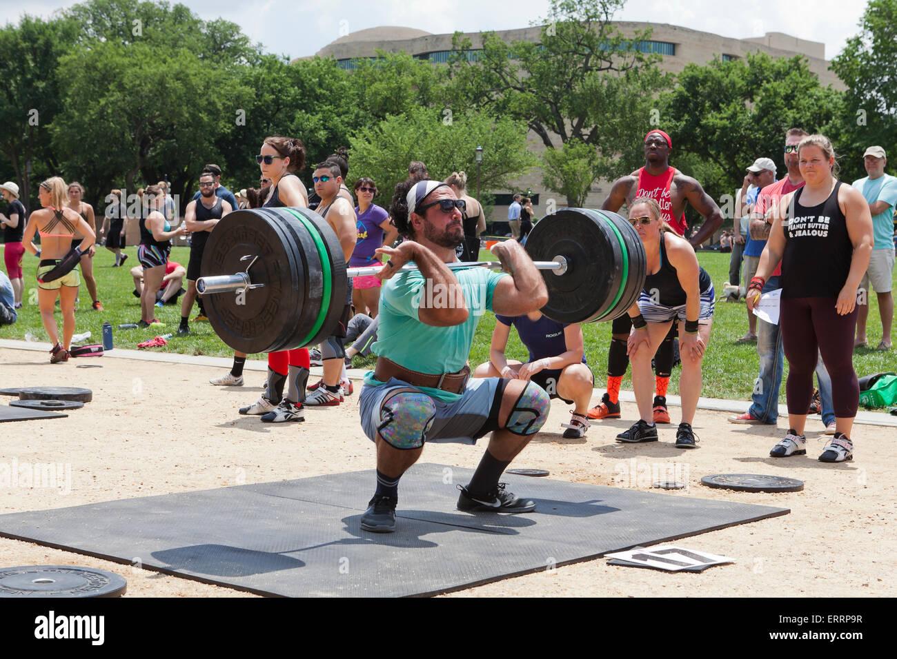 Man performing haltérophilie lors d'un programme de remise en forme en plein air - USA Photo Stock