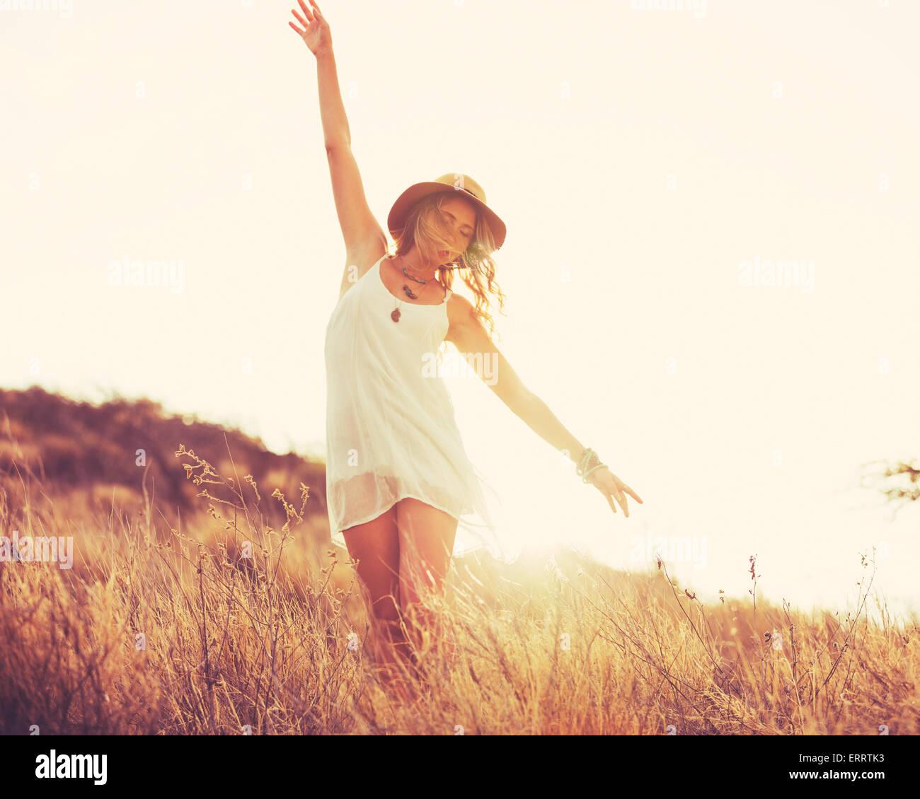 Fashion Portrait de jeune femme hippie au coucher du soleil, des couleurs style rétro Photo Stock