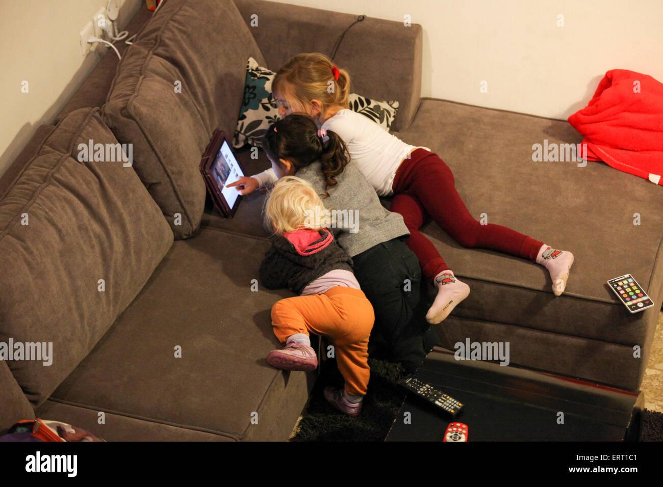 Trois jeunes filles sont regarder youtube film sur un Ipad. Photo Stock
