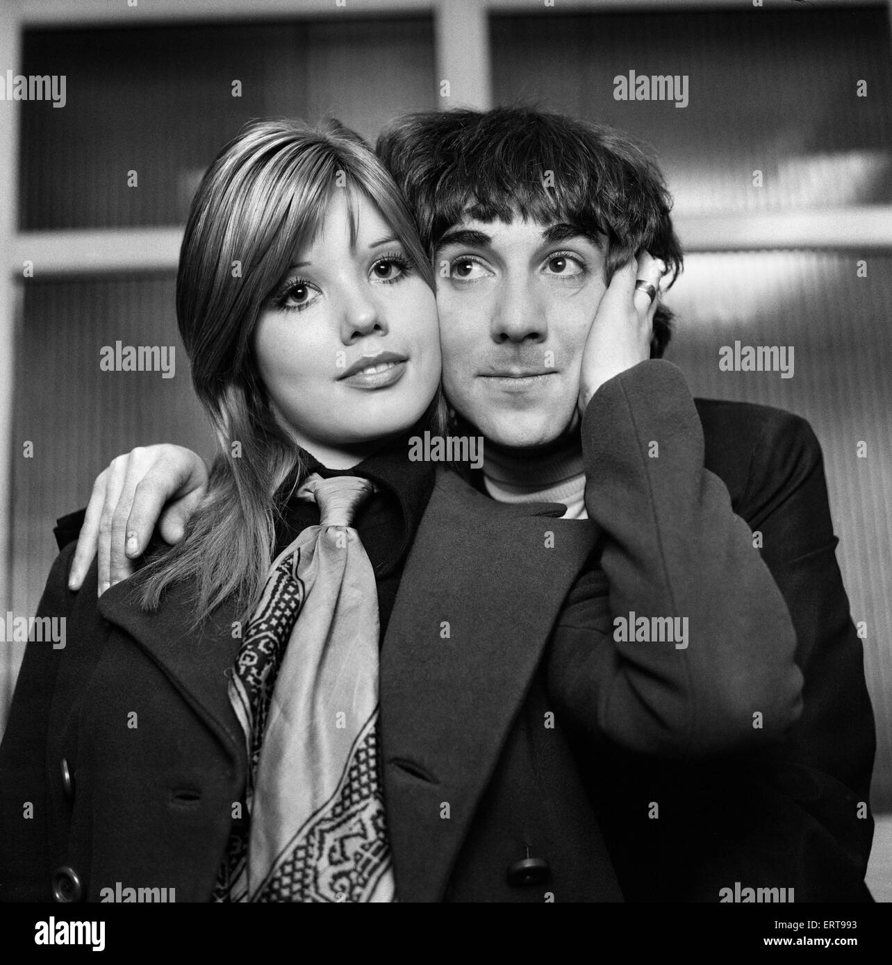 Keith Moon, le batteur du groupe de rock britannique The Who, photographiée avec sa femme Kim. Le 24 mars 1969. Photo Stock
