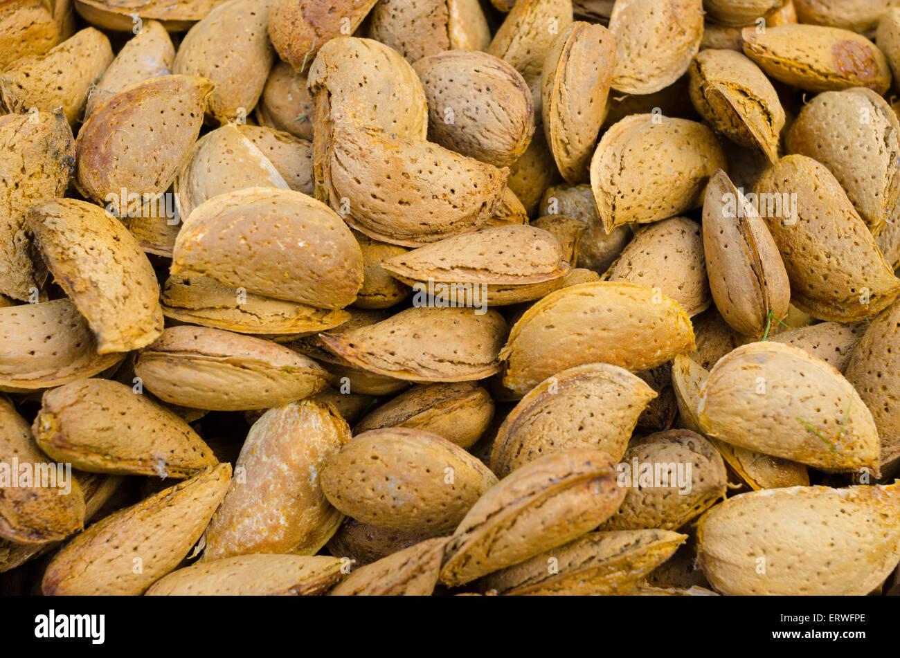 Un gros plan de quelques noix amandes Photo Stock