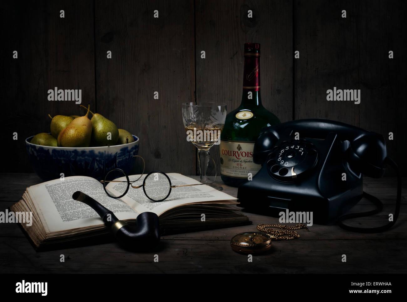 Still Life - Années 1930 / 1940 / années 50, téléphone, livre, tuyau, montre de poche, lunettes, Photo Stock