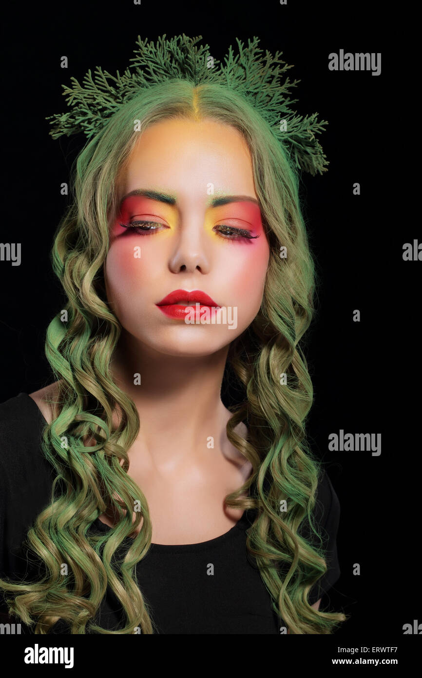 Femme élégante avec des cheveux teints et maquillage Extravagant Photo Stock