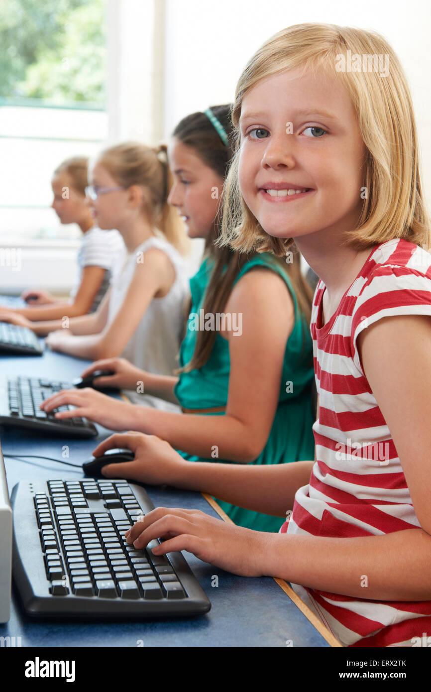 Groupe de femmes les enfants de l'école élémentaire in Computer Class Photo Stock