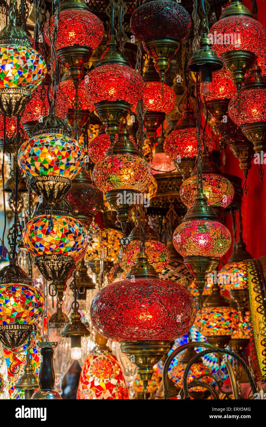 Lanternes suspendues dans un magasin à l'intérieur du Grand Bazar (Kapalıcarsi), Istanbul, Turquie Photo Stock