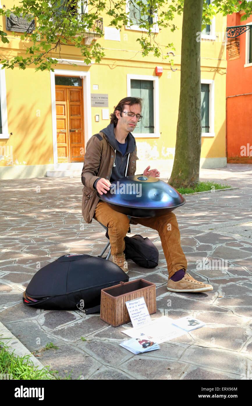 Musicien de rue jouant sur ses Hang Drum, Burano Island Banque D'Images