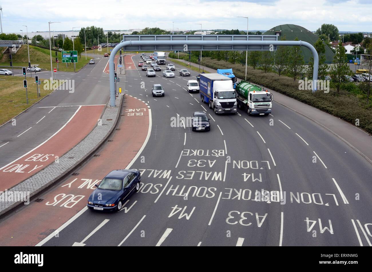 Le marquage routier sur l'A33 que vous rejoignez la M4 Junction 11 rond-point de lecture. Photo Stock