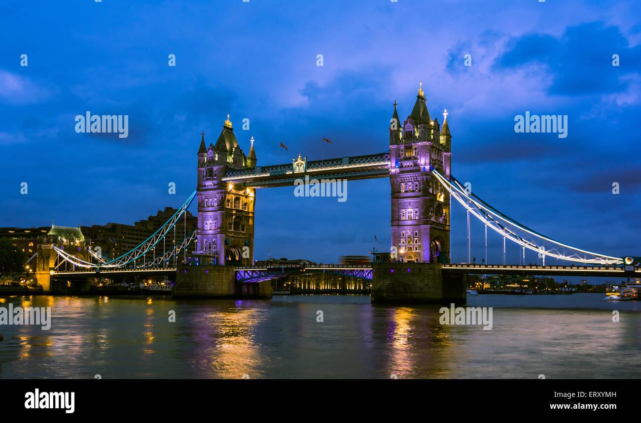 Tour pont nuit view from the bridge, Londres Royaume-Uni. Un pont suspendu et basculant combiné qui traverse la Banque D'Images
