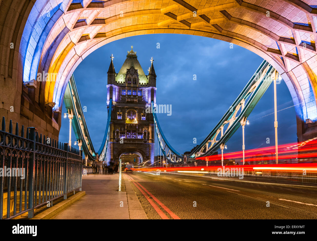 Tour pont nuit view from the bridge, Londres Royaume-Uni. Un pont suspendu et basculant combiné qui traverse Photo Stock