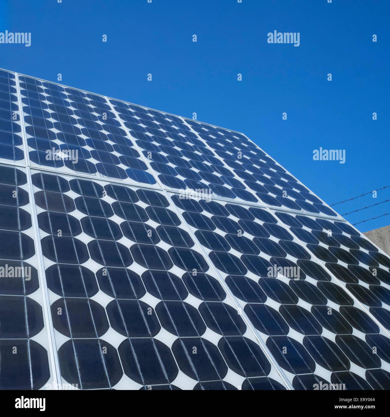 Panneau solaire photovoltaïque array close up blue sky copie espace energie renouvelable propre eco-friendly Photo Stock
