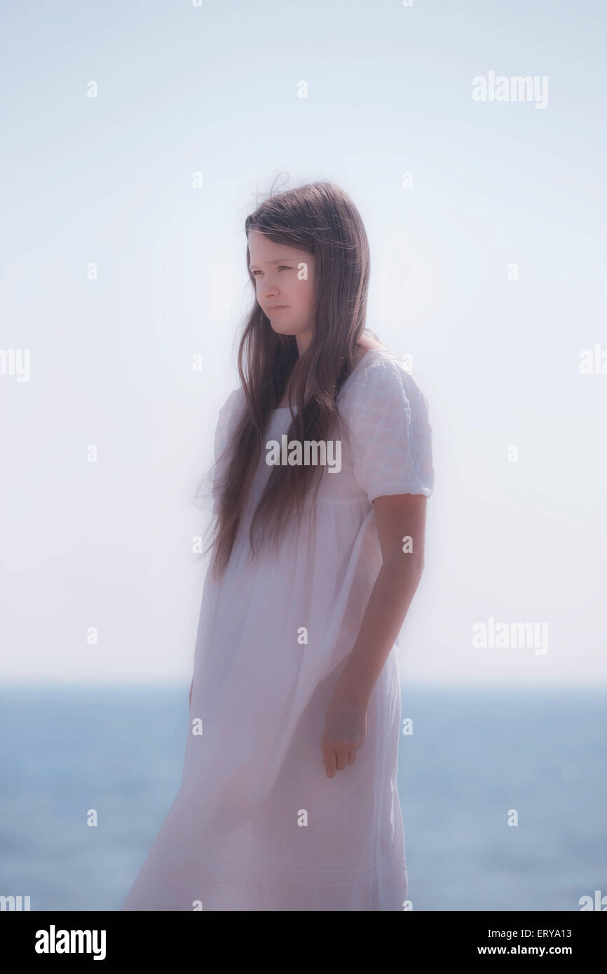 Une jeune fille en robe blanche Photo Stock