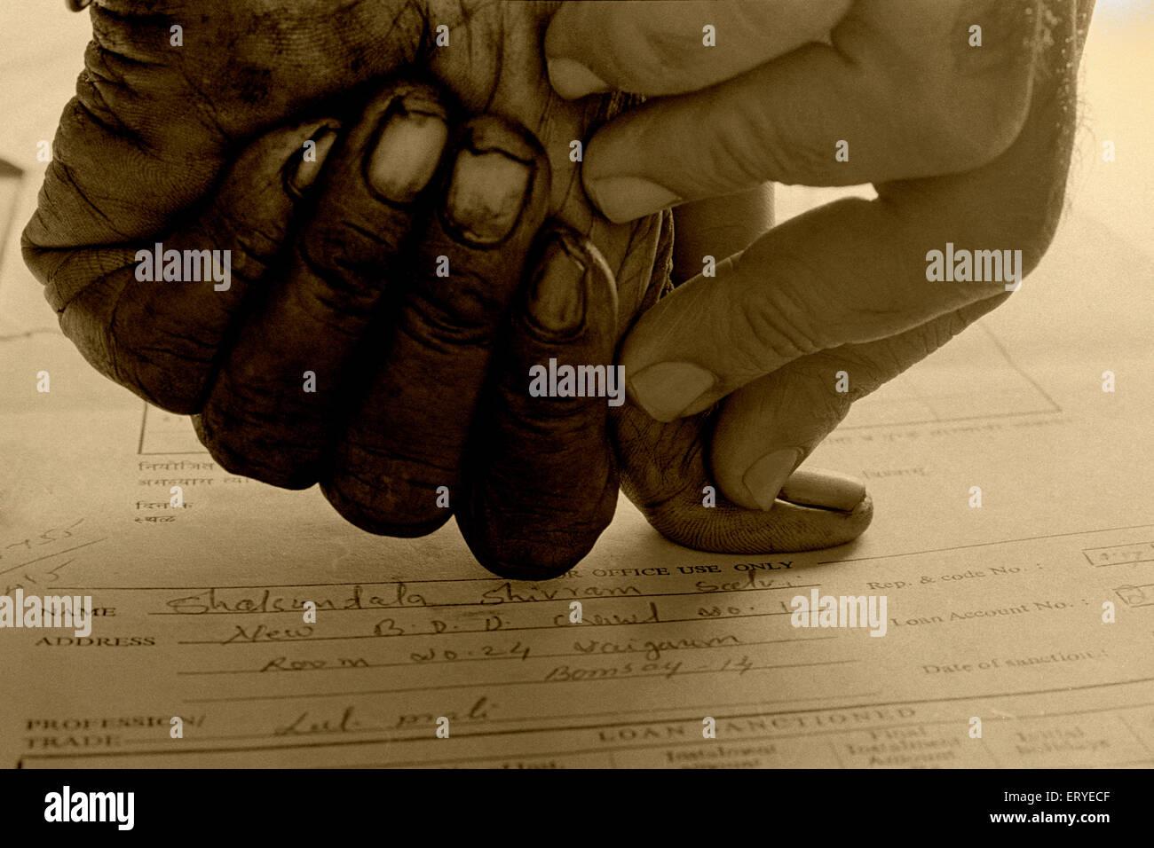 Thumb impression en tant que signature sur le document de la Banque mondiale; Bombay Mumbai Maharashtra; Photo Stock