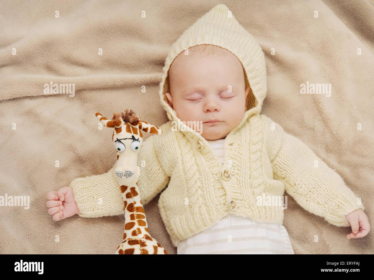 Mignon sommeil bébé nouveau-né, maternité, concept de droit mou de belle famille Photo Stock