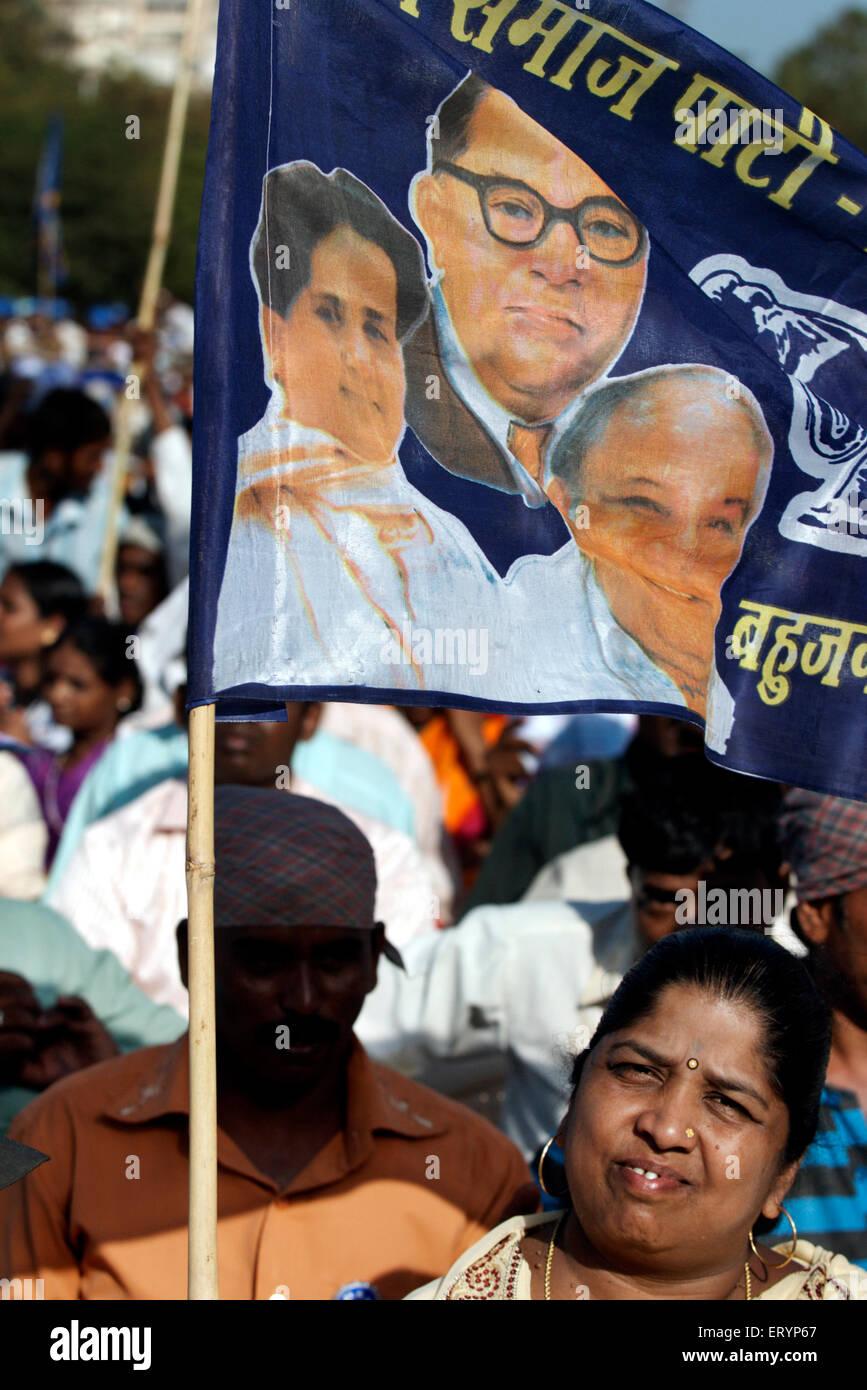 Partisan du parti Bahujan Samaj holding BSP drapeau dans la campagne électorale parlementaire; rallye Photo Stock