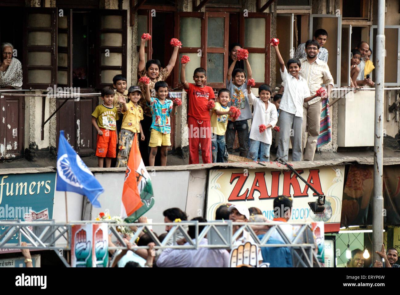 Les enfants excités prêts à fleur de douche pendant une campagne électorale dans Bombay Mumbai Photo Stock