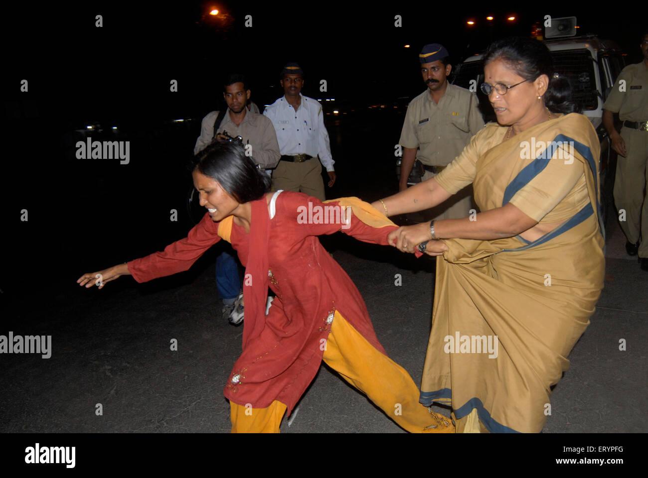 Faites glisser le gendarme dame manifestant étudiant en fourgon de police comme protestation contre les politiques Photo Stock