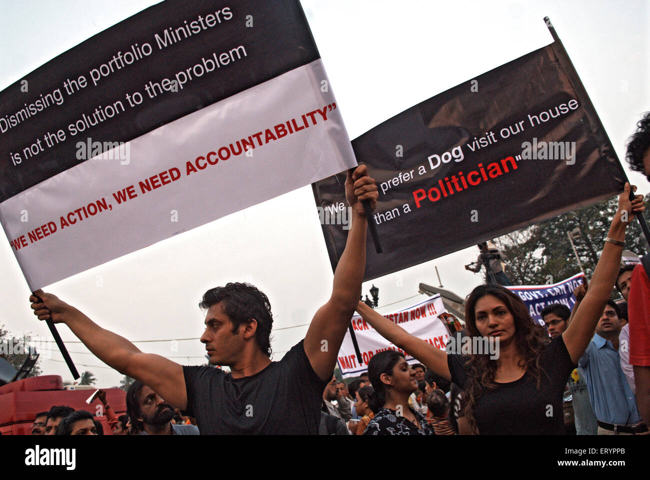Manifestant holding banner après une attaque terroriste par deccan mujahedeen dans Bombay Mumbai , Maharashtra Photo Stock