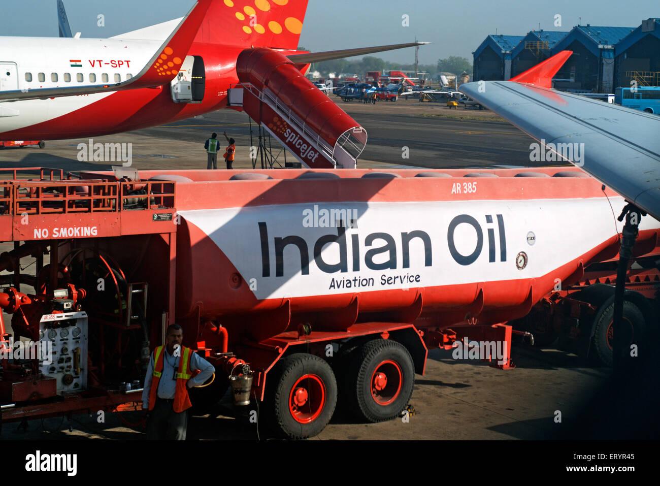 Indiens du camion-citerne de carburant aviation avion de ravitaillement en carburant à l'aéroport Photo Stock