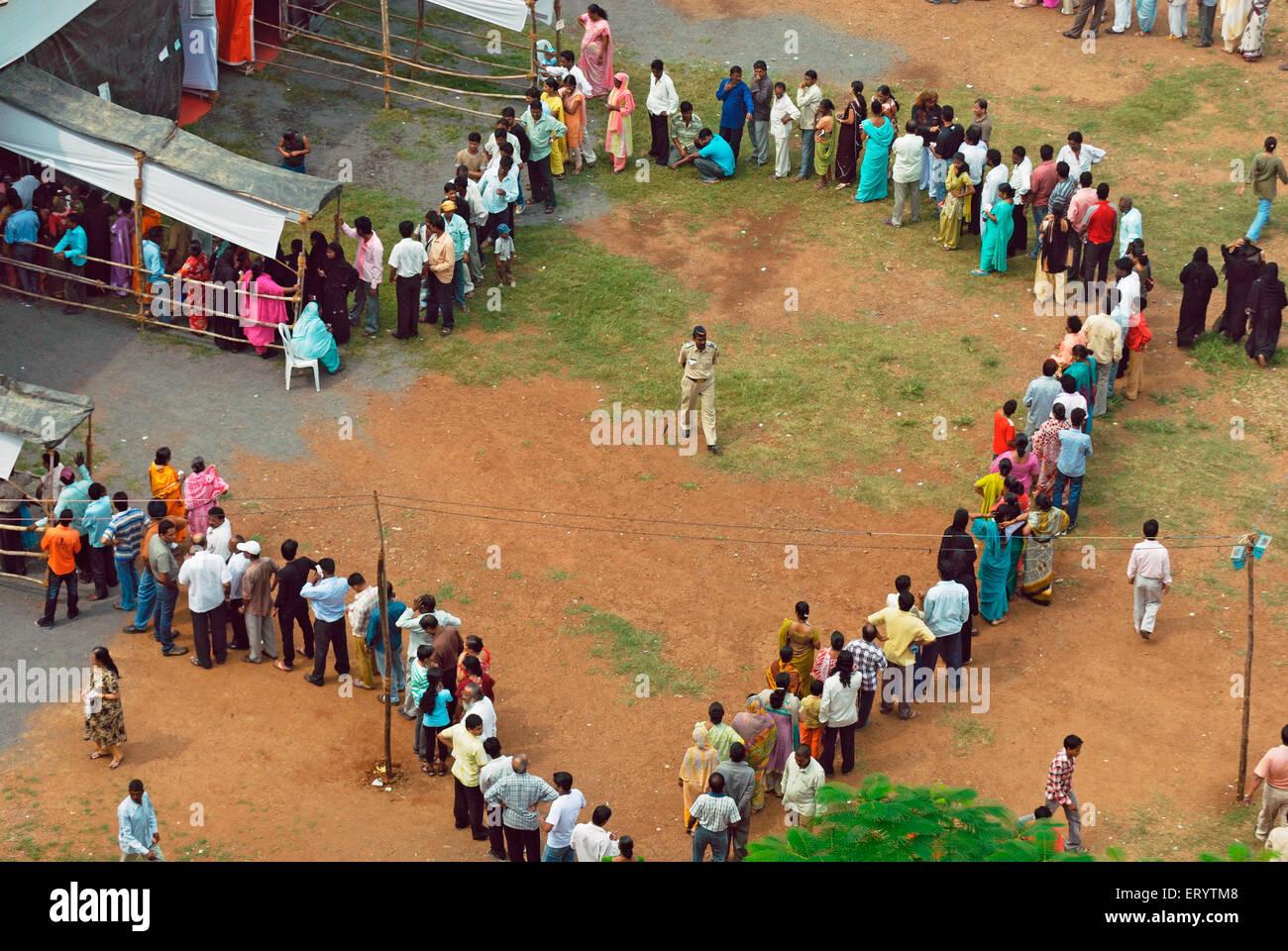 Debout dans la file d'électeurs à voter de Bombay Mumbai Maharashtra Inde Photo Stock