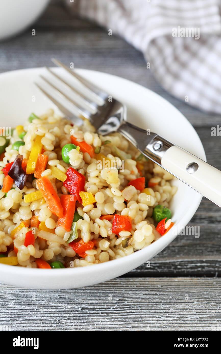 Le quinoa dans un bol, la nourriture bonne Photo Stock