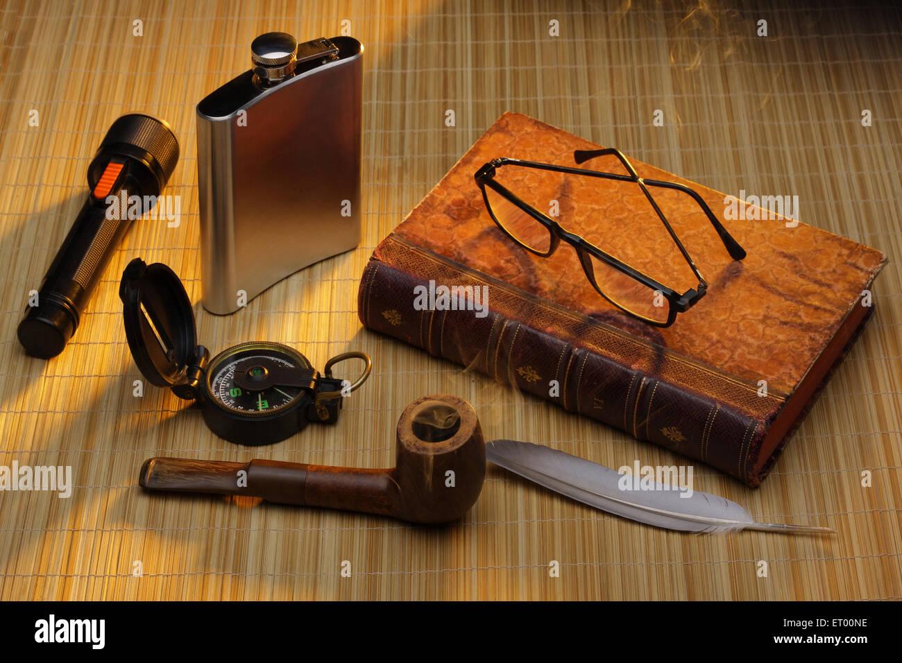 Découvrir l'histoire d'exploration vieux livre avec torche boussole bouteille métallique pipe Photo Stock
