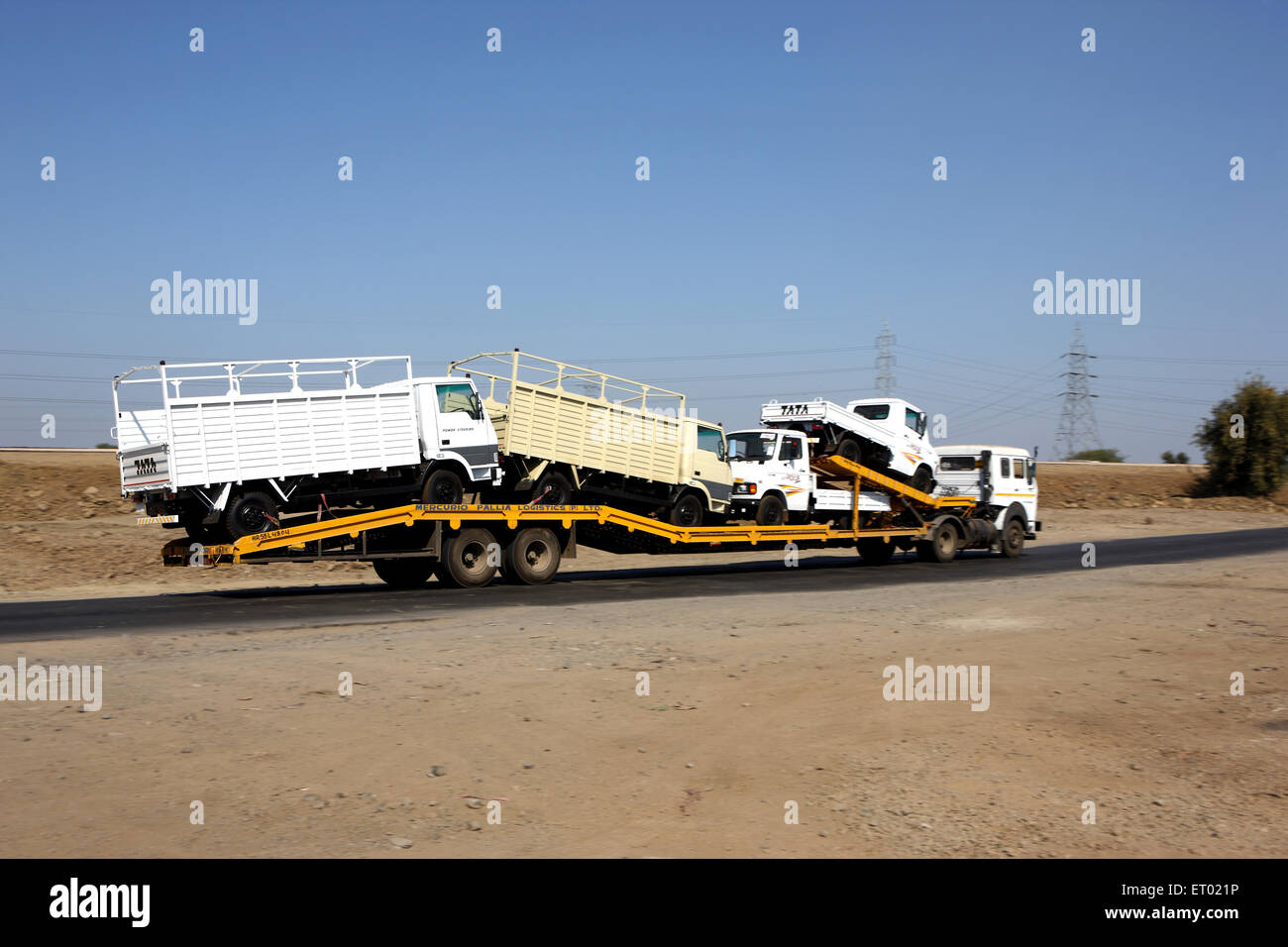 Le transport d'automobiles par les transporteurs routiers sur l'autoroute Photo Stock