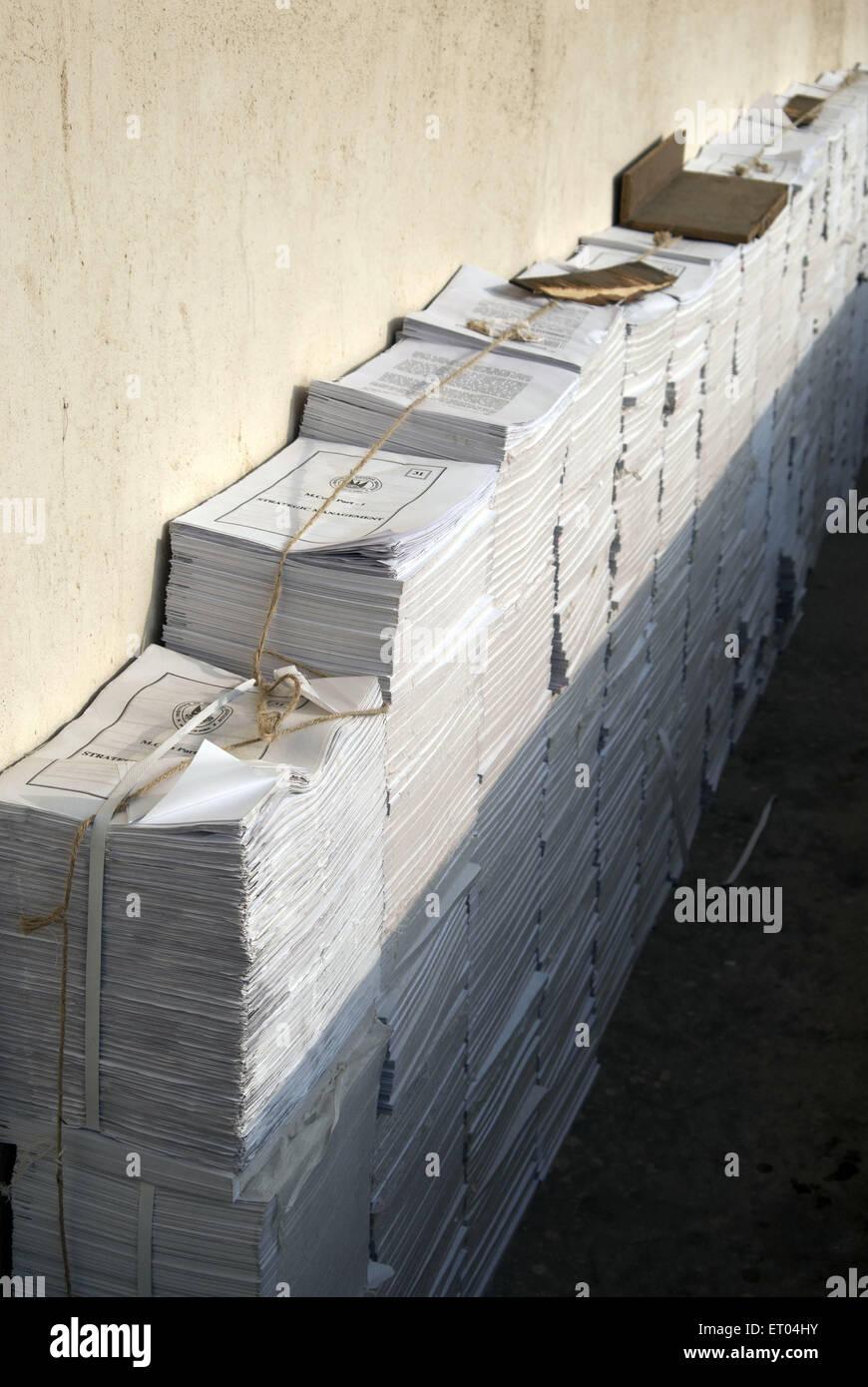 Documents imprimés empilés dans zone industrielle/balcon de Mumbai Inde Photo Stock