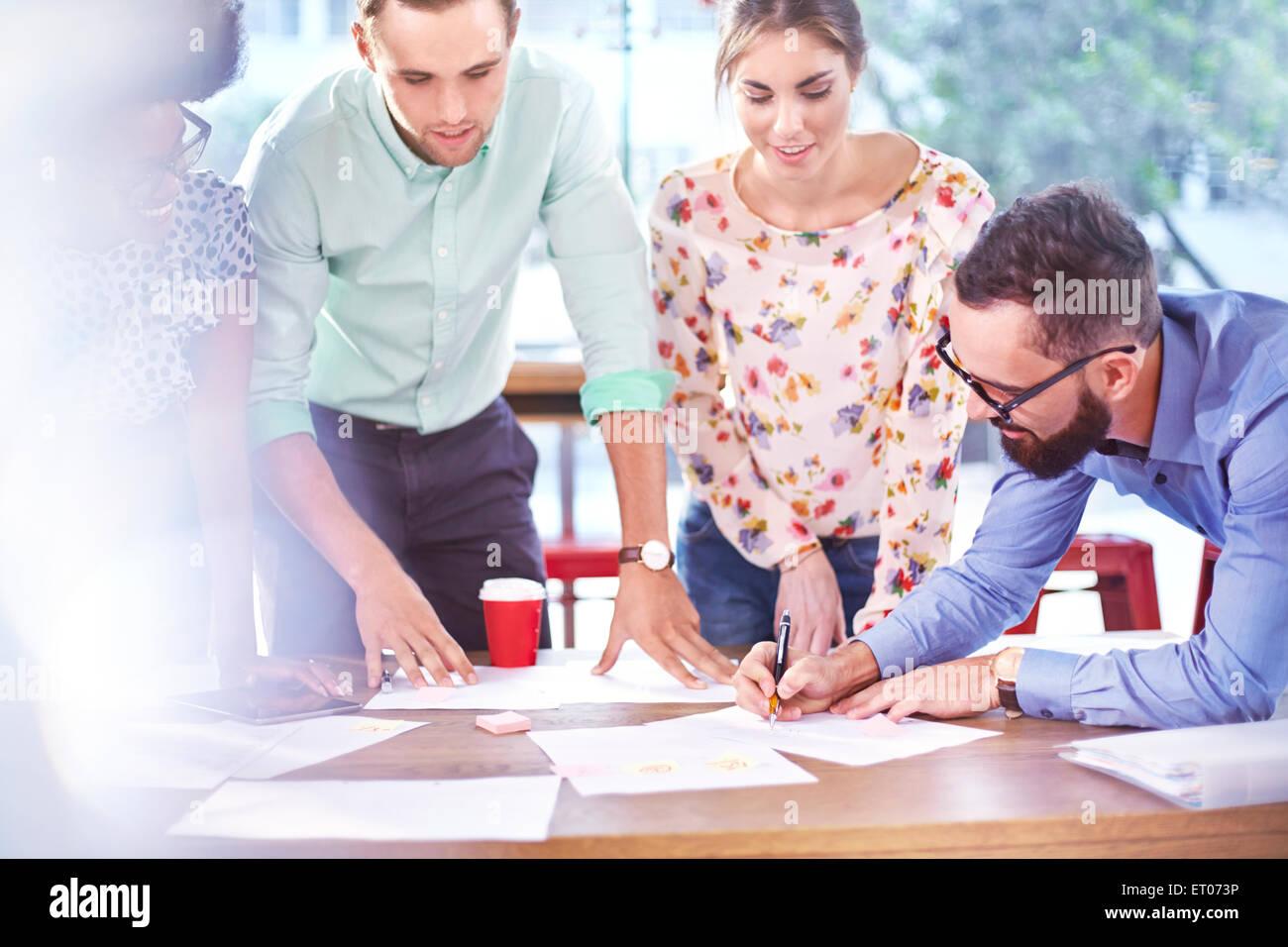 Les gens d'affaires en réunion de brainstorming Photo Stock